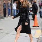 Jennifer Lopez jlo stili tarzı kıyafetleri trençkot modelleri 2011