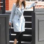Jessica Biel stili tarzı kıyafetleri trençkot modelleri 2011